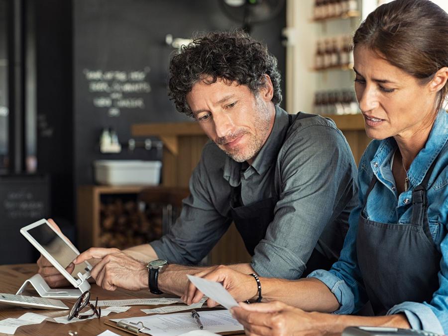 Empleados de restaurant calculando facturación