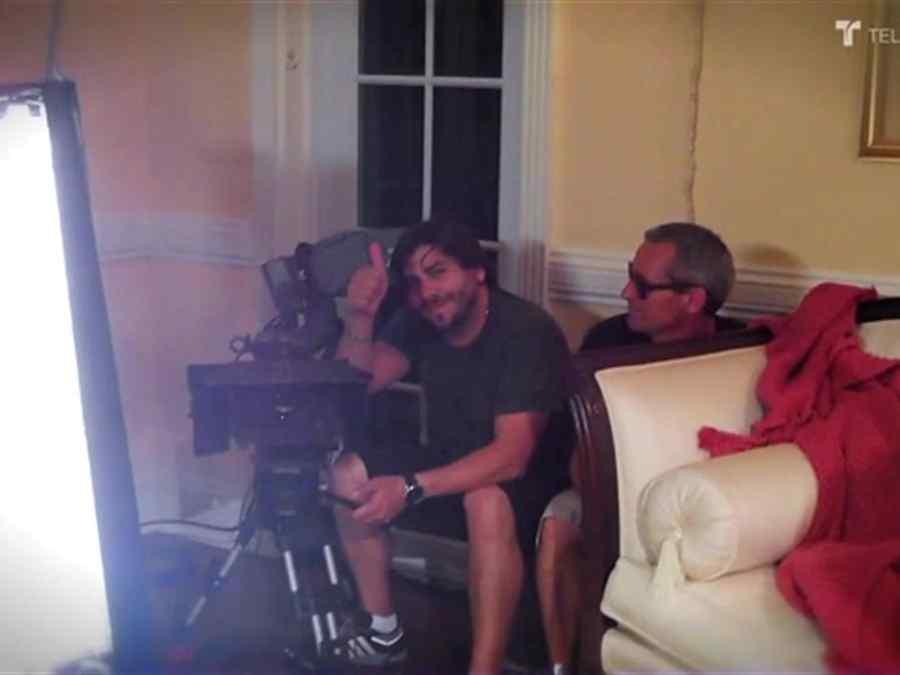 Gabriel Porras ensayando en el set de grabación