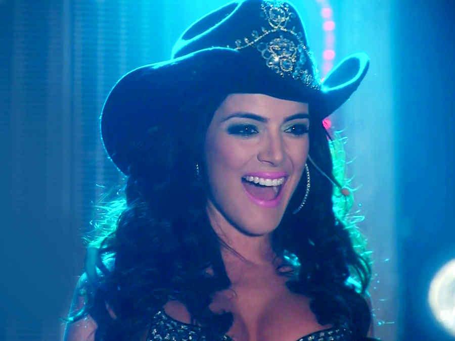 Daniela Navarro cantando en Tierra de Reyes
