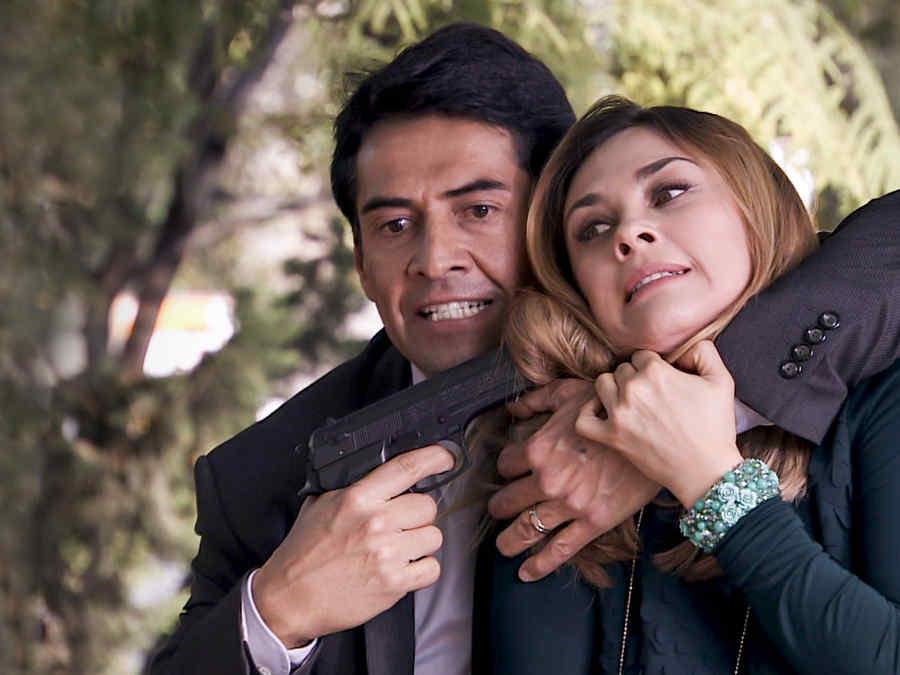 Gabriel Porras apuntando una pistola a Aracely Arámbula en Los Miserables