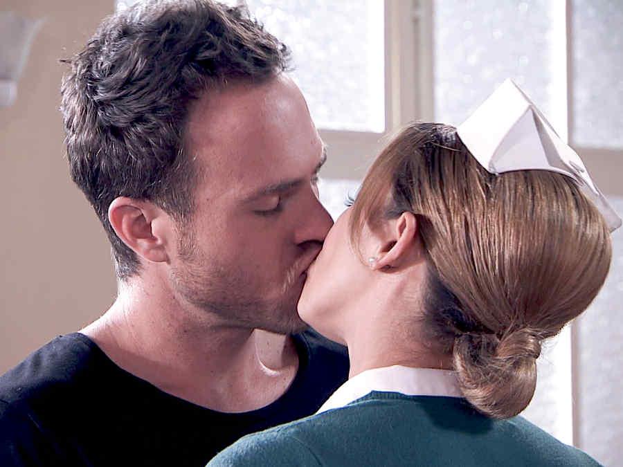 Erik Hayser besando a Aracely Arámbula en Los Miserables
