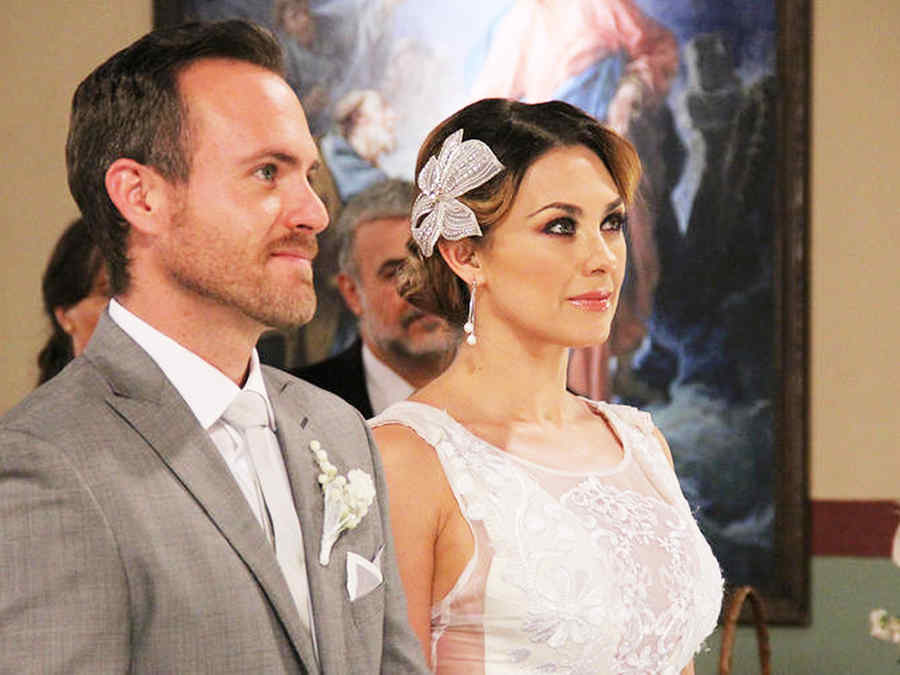 Erik Hayser y Aracely Arámbula casándose en Los Miserables