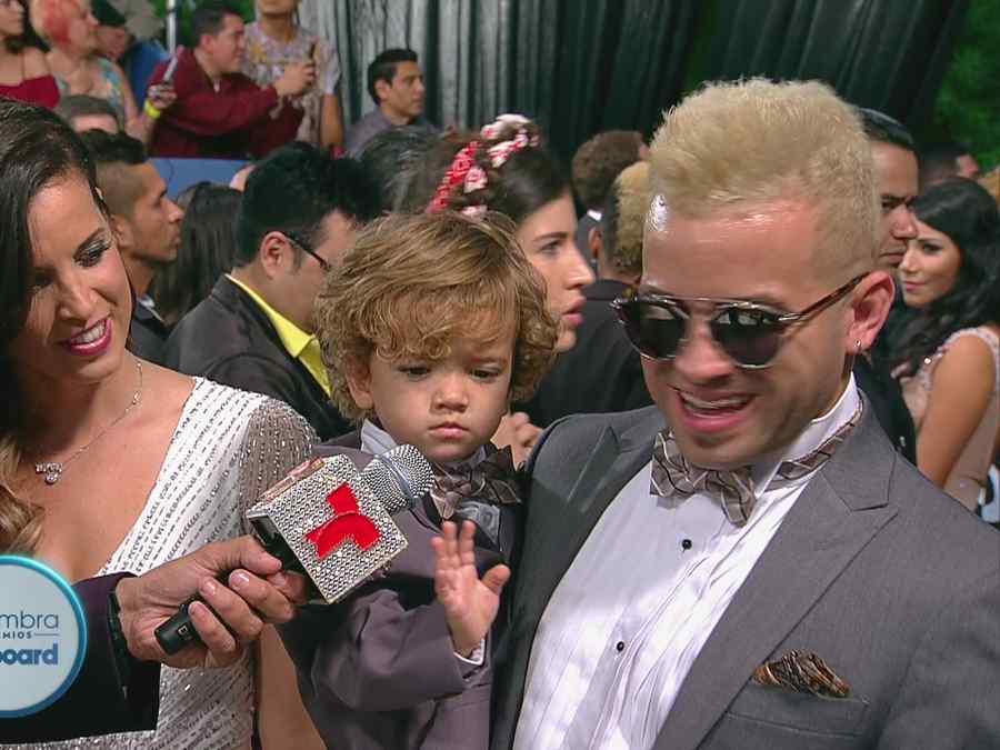 Nacho junto a su familia en Premios Billboard 2015