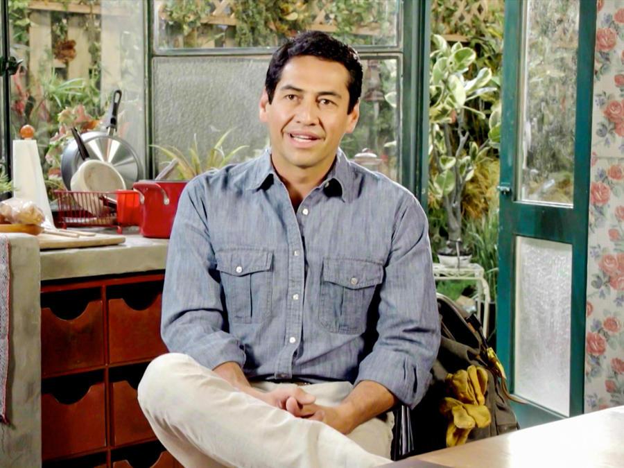 """Gabriel Porras como Carlos Martínez en entrevista sobre """"Bajo el mismo cielo"""""""