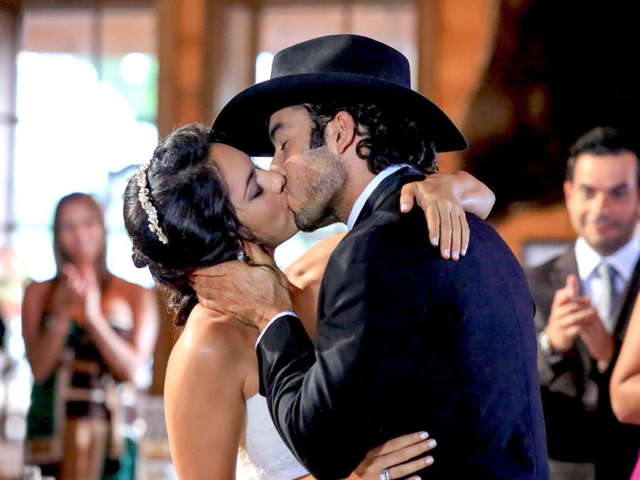Ana Lorena Sánchez y Aarón Díaz besándose en su boda en Tierra de Reyes