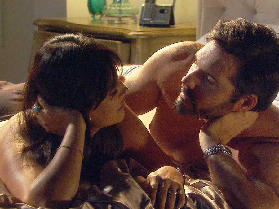 Liz Gallardo y Keller Wortham haciendo el amor en Bajo El Mismo Cielo