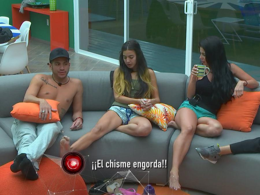 Jason, Iselis y Melissa hablando en la sala de Gran Hermano