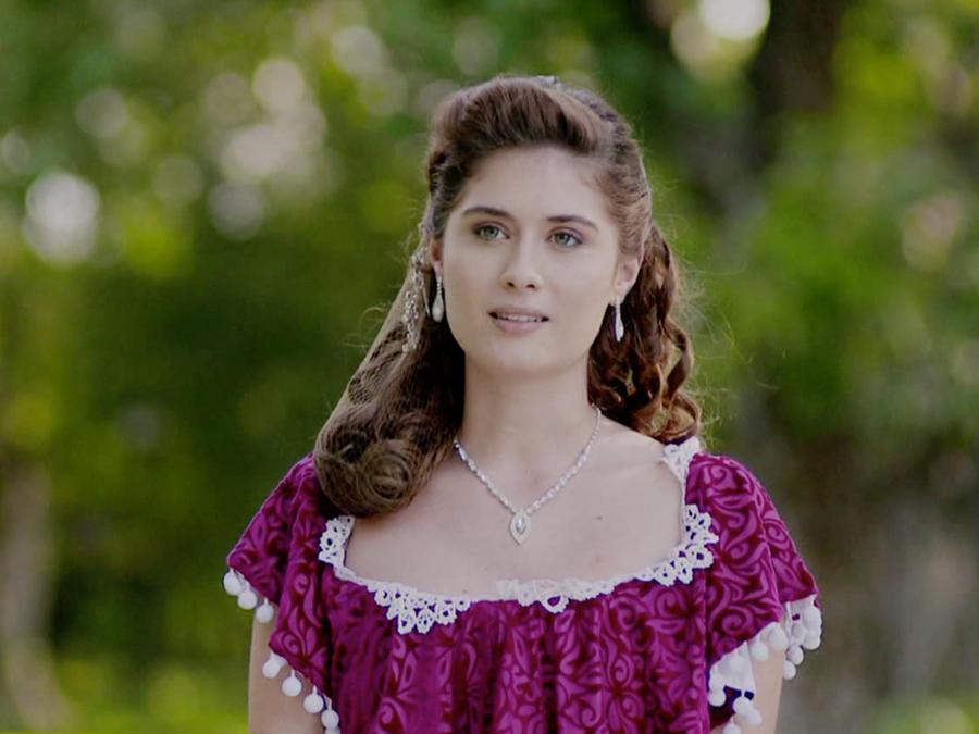 Nerea Camacho con vestido morado en La Esclava Blanca