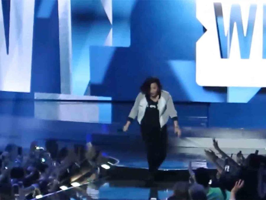 Demi Lovato se cayó en WE Day