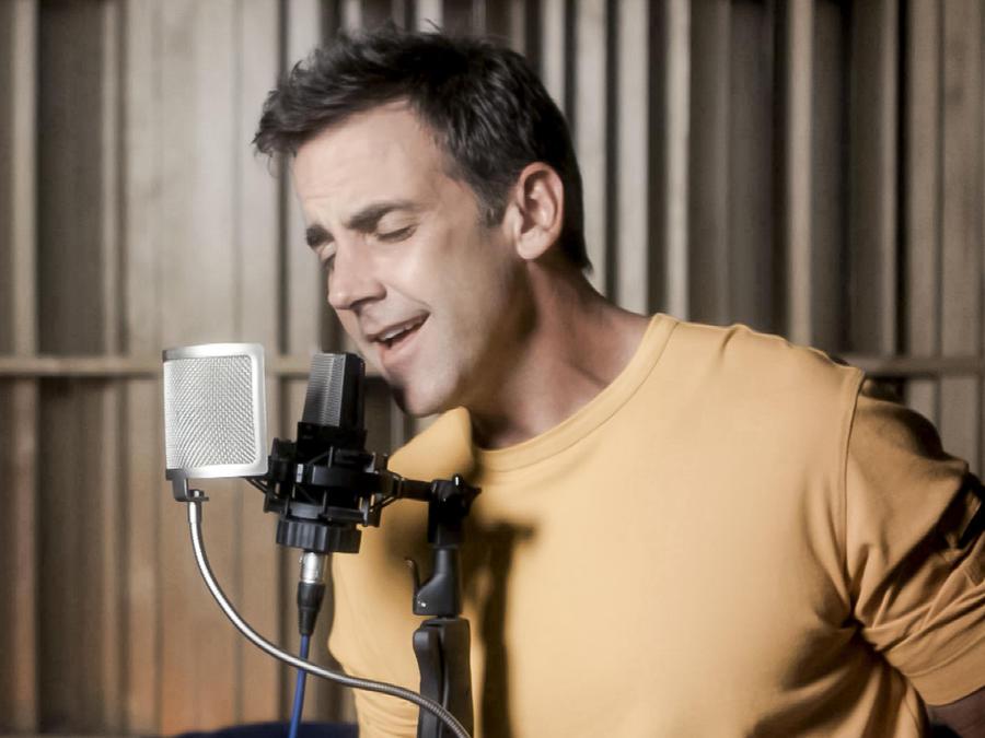 Carlos Ponce cantando