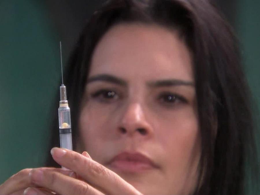 Maria Raquenel le pone una inyección de adrenalina a Andy en Eva La Trailera
