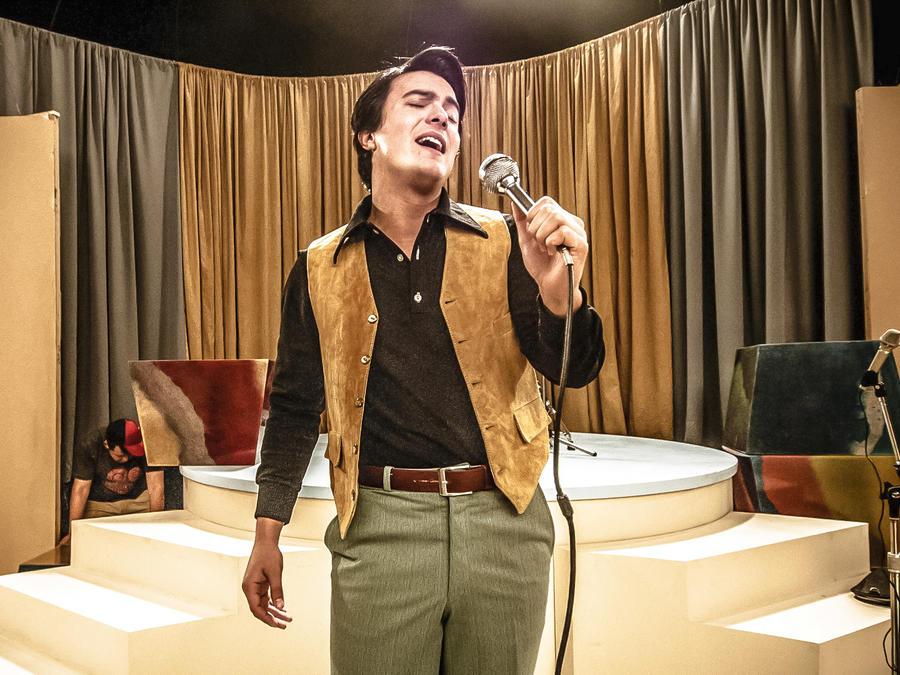 Carlos Yorvick cantando en Hasta Que Te Conocí