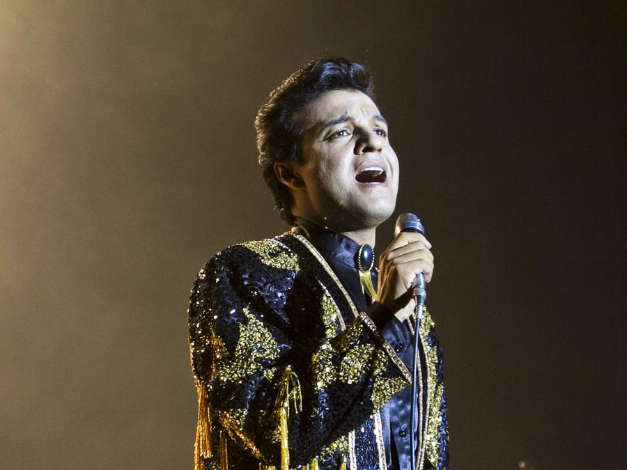 Julian Román cantando en Hasta Que Te Conocí
