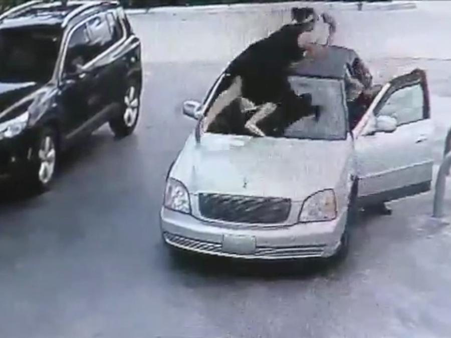 Mujer saltó en el carro del ladrón