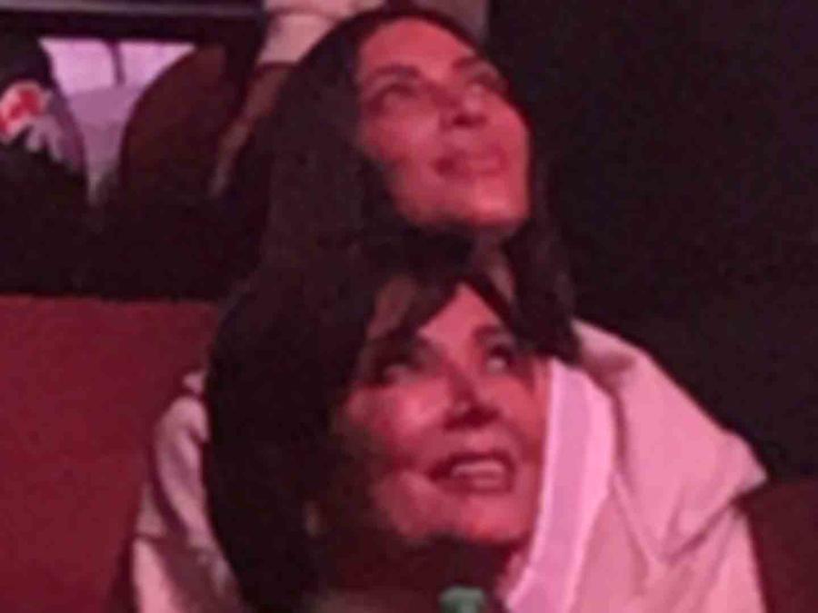 Kim Kardashian y Kris Jenner en el concierto de Kanye West en Los Angeles