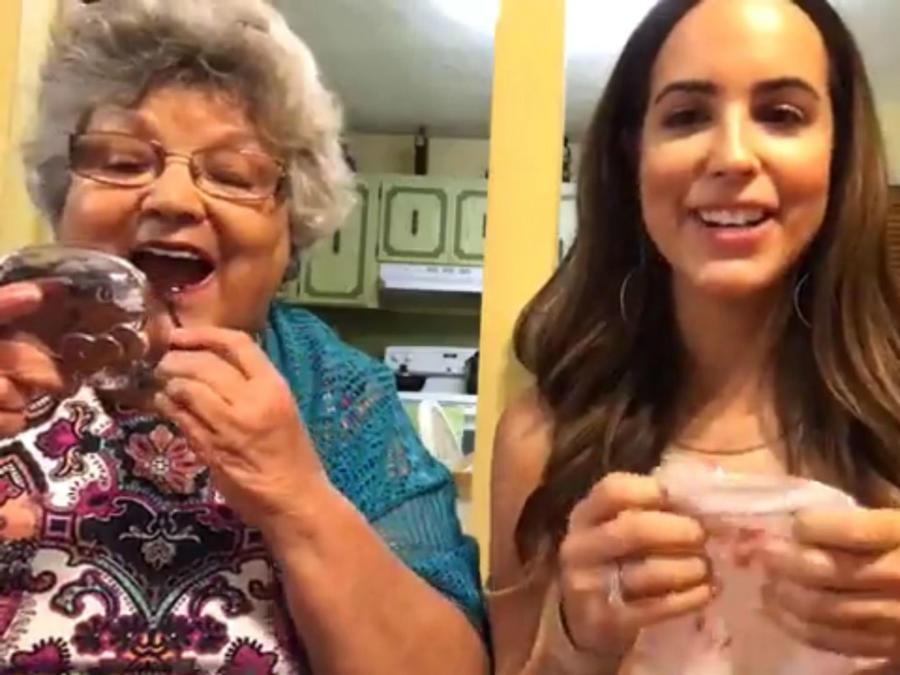 Abuela pintándose los labios junto a su nieta