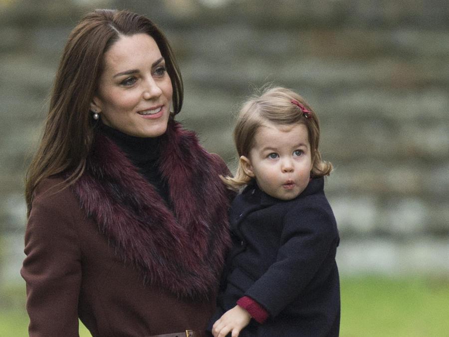 Kate Middleton cargando a su hija Charlotte