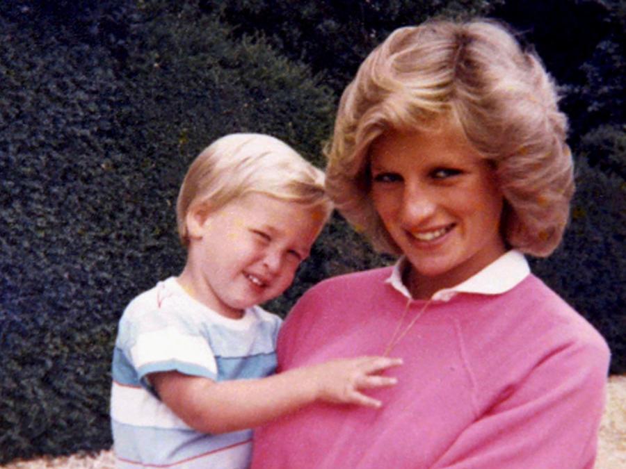 La princesa Diana con el príncipe William en brazos