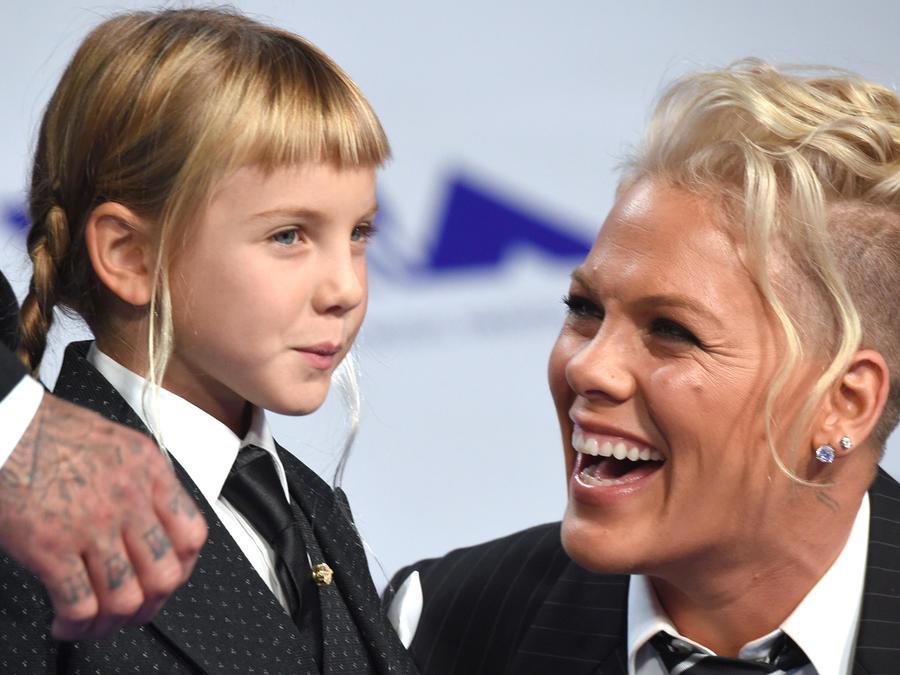 Pink con su hija Willow en los MTV VMAs 2017