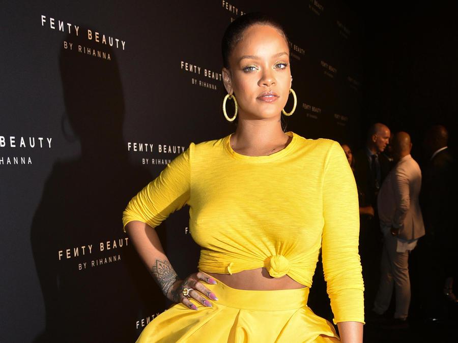 Rihanna con vestido amarillo
