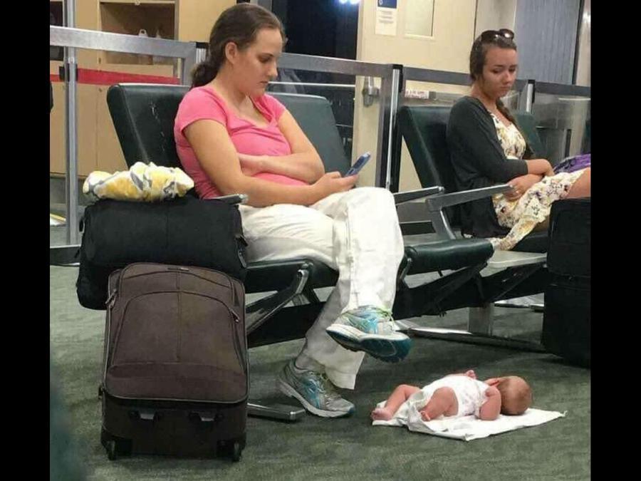Mamá con bebé en el suelo