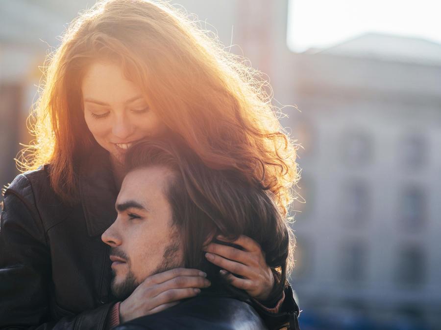 Chica abrazando a su novio