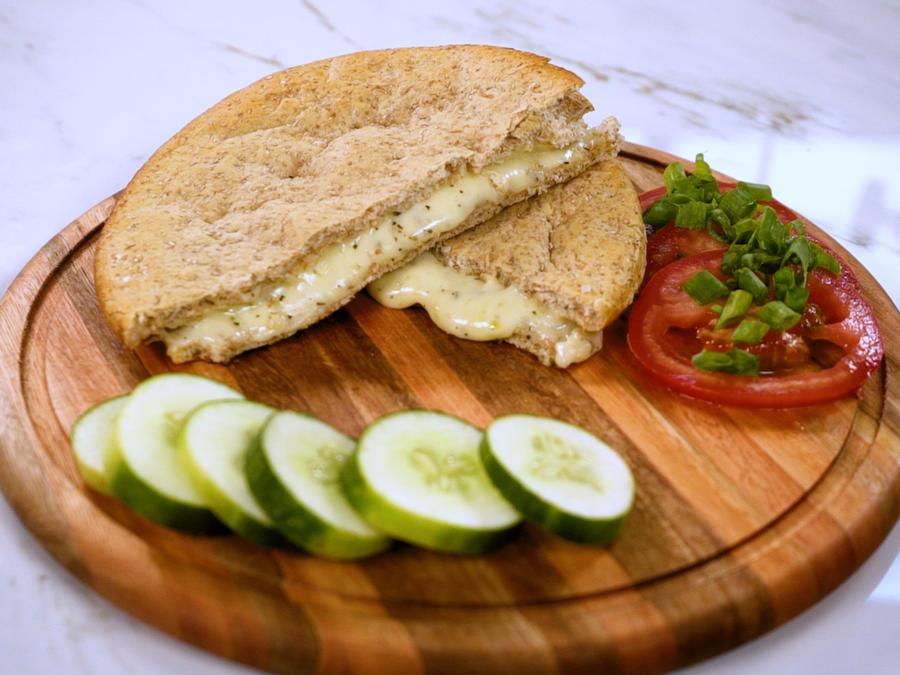 Receta de snack saludable: pan pita con queso