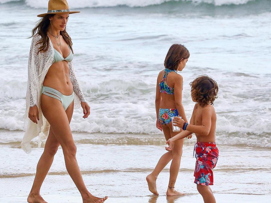 Alessandra Ambrosio en la playa