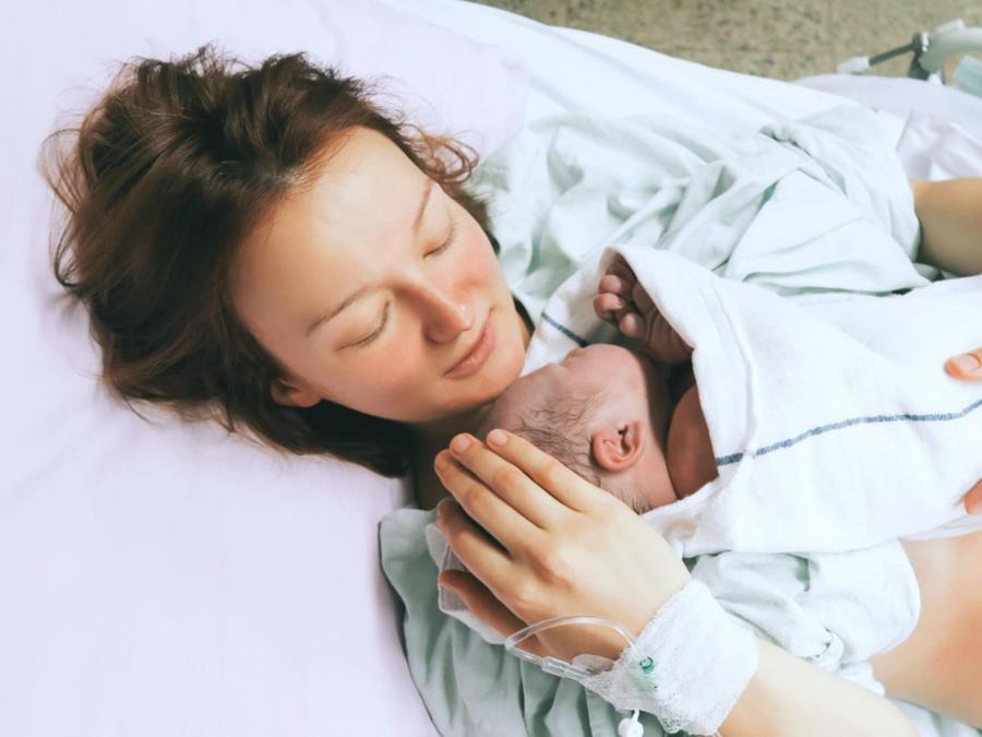 Mamá en hospital sosteniendo a su hijo