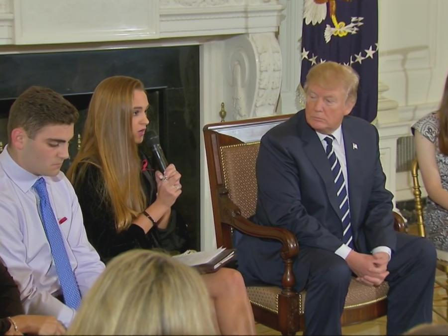 El presidente Donald Trump durante la reunión con los afectados por los tiroteos en escuelas de EEUU.