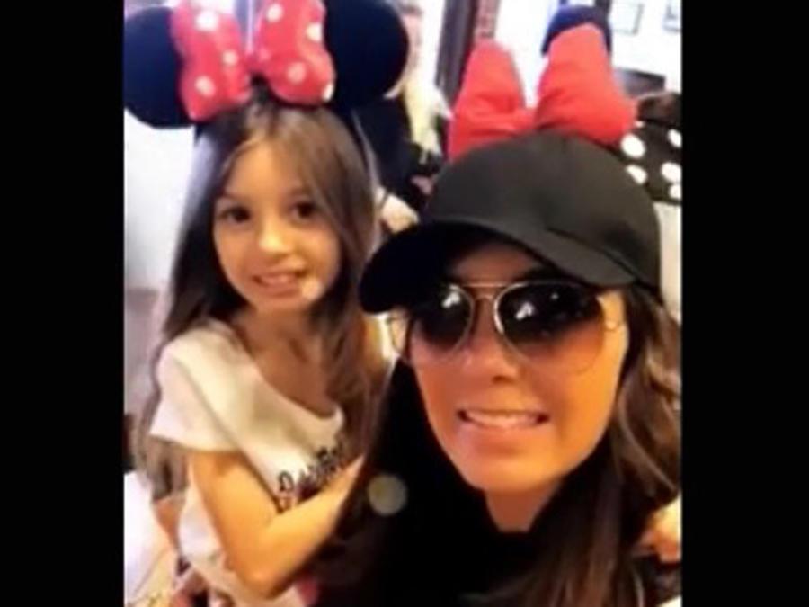 Elizabeth Gutiérrez cargando a su hija Kailey