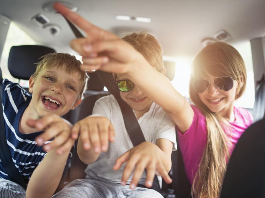 Niños viajando en auto
