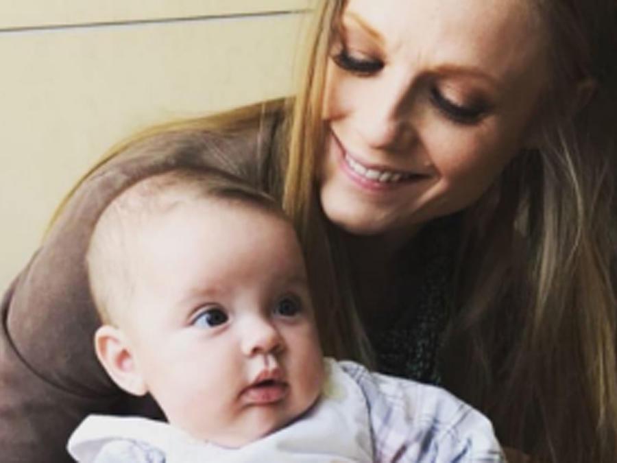 Ana Layevska cargando a su hija Masha