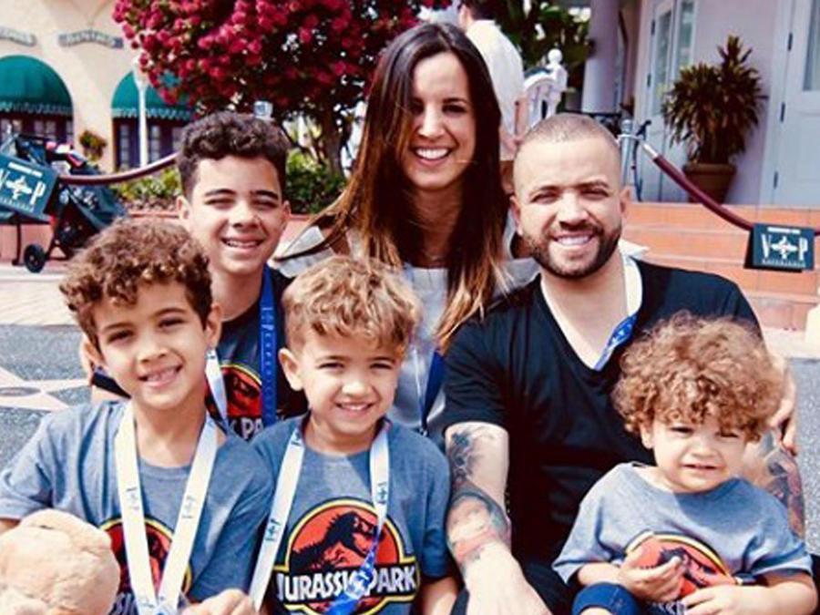Nacho con sus hijos y su esposa Inger Mendoza