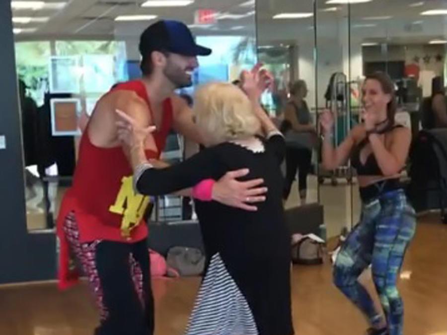 Toni Costa bailando con una abuelita