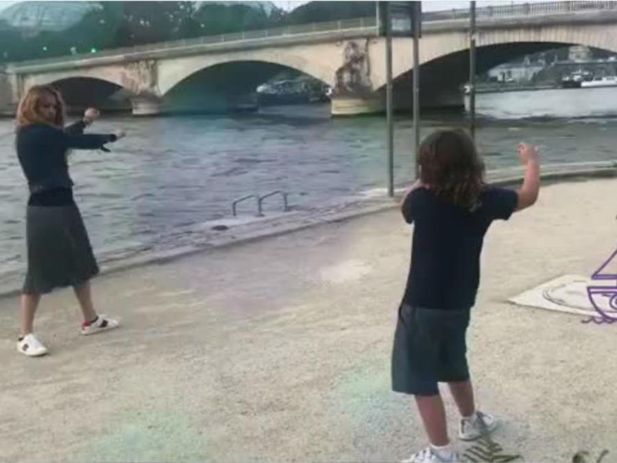 Paulina Rubio bailando con su hijo en la calle