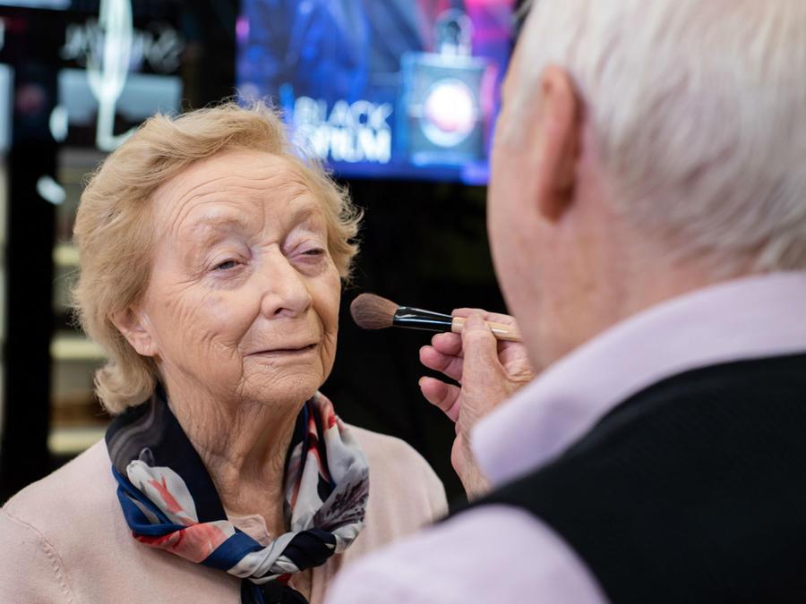 Abuelito maquillando a su esposa