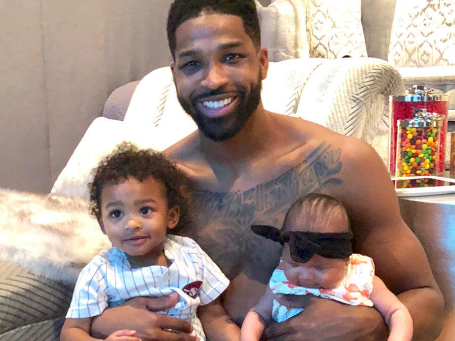 Tristan Thompson con sus hijos