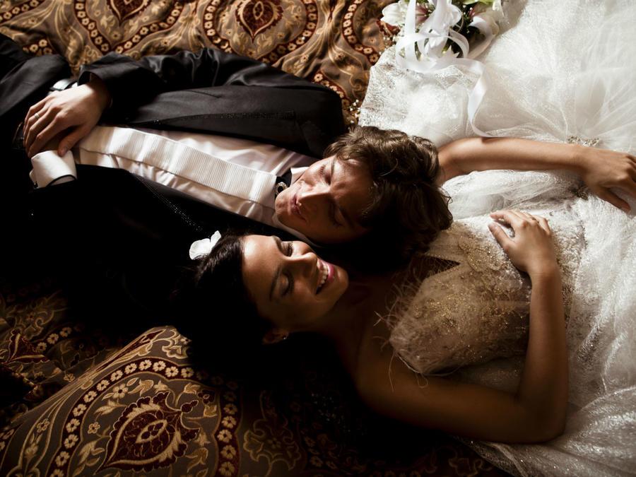 Pareja de recién casados en la cama