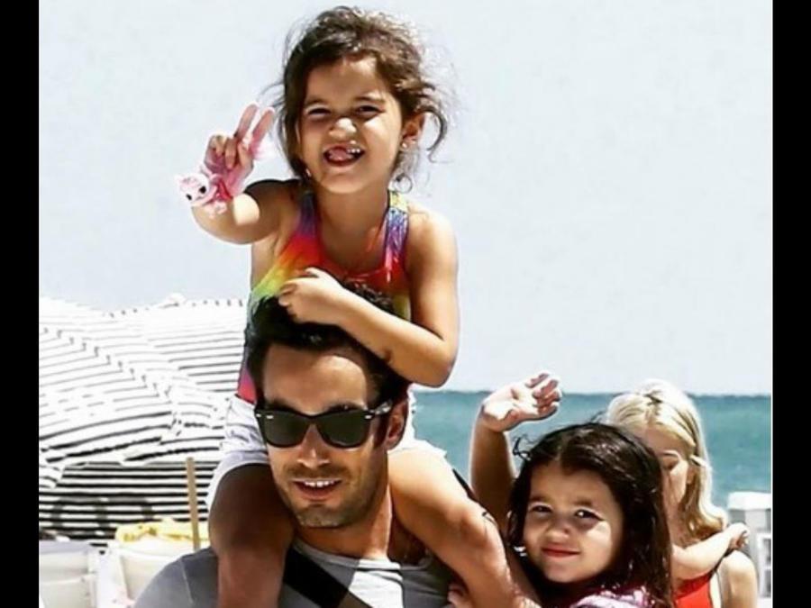 Aarón Díaz con sus hijas