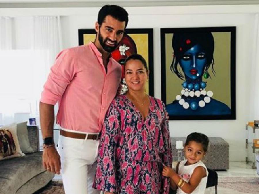 Toni Costa con Adamari López y Alaïa