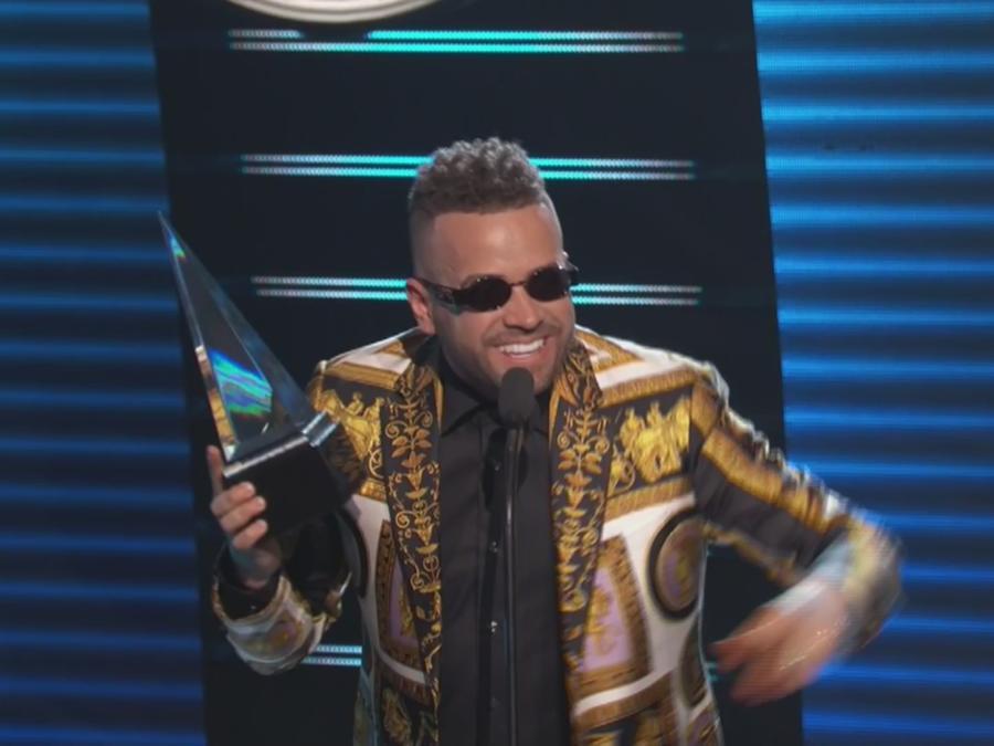 Nacho gana premio en Latin AMAs 2018