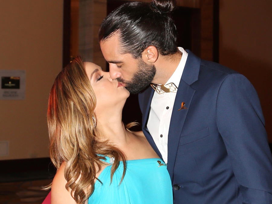 Adamari Lopez besando a Toni Costa