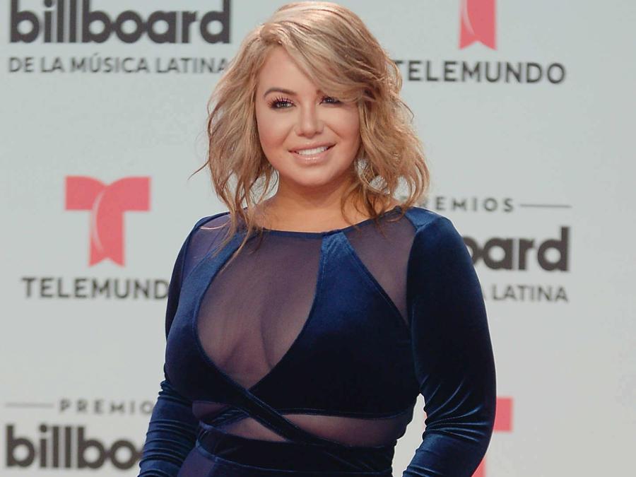Chiquis Rivera portando vestido azul escotado