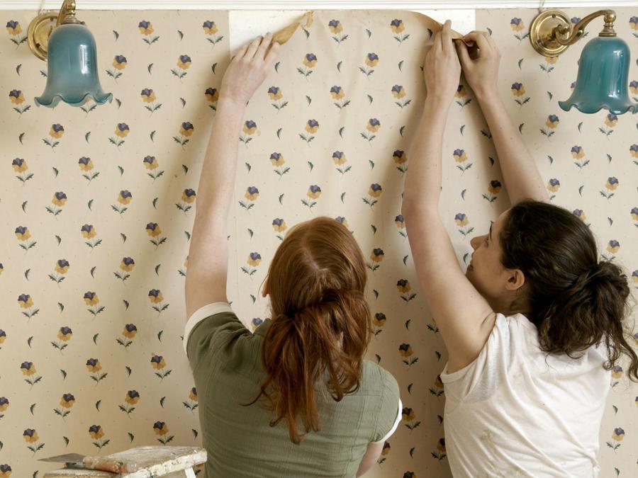 Mujeres decorando la pared