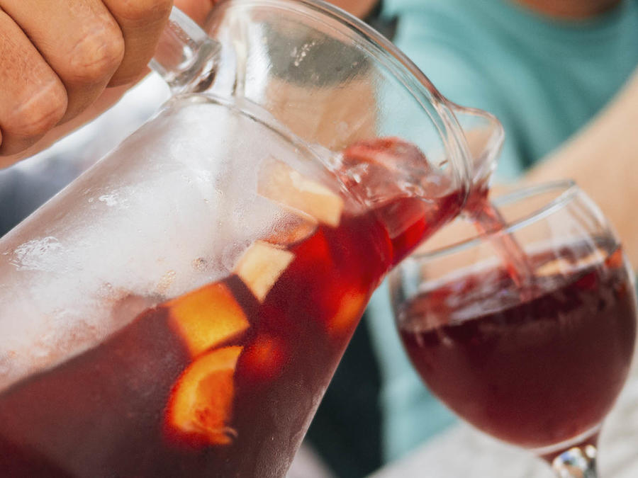 Prepara esta refrescante sangría roja.