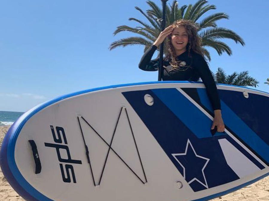 Shakira con tabla de surf