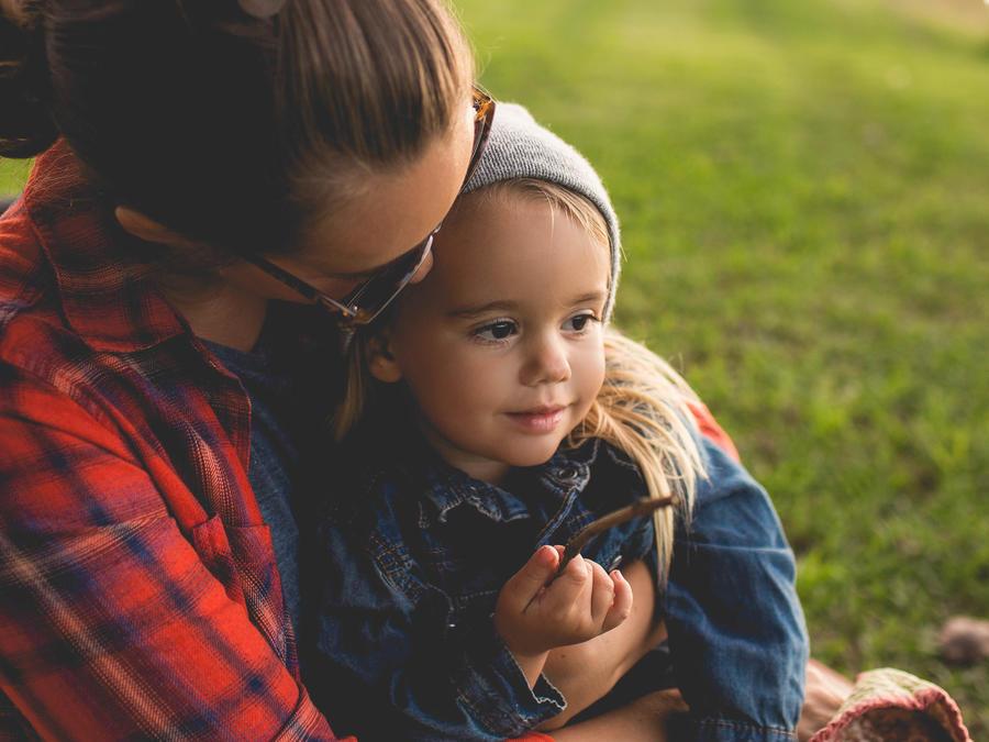 Mamá con su hija en brazos