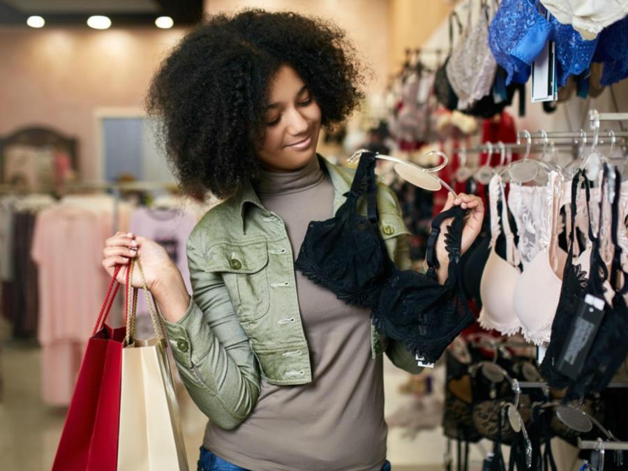 Mujer comprando sostenes