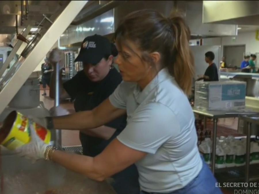 Rashel Díaz ayudando a preparar comida para los damnificados de Dorian en Bahamas